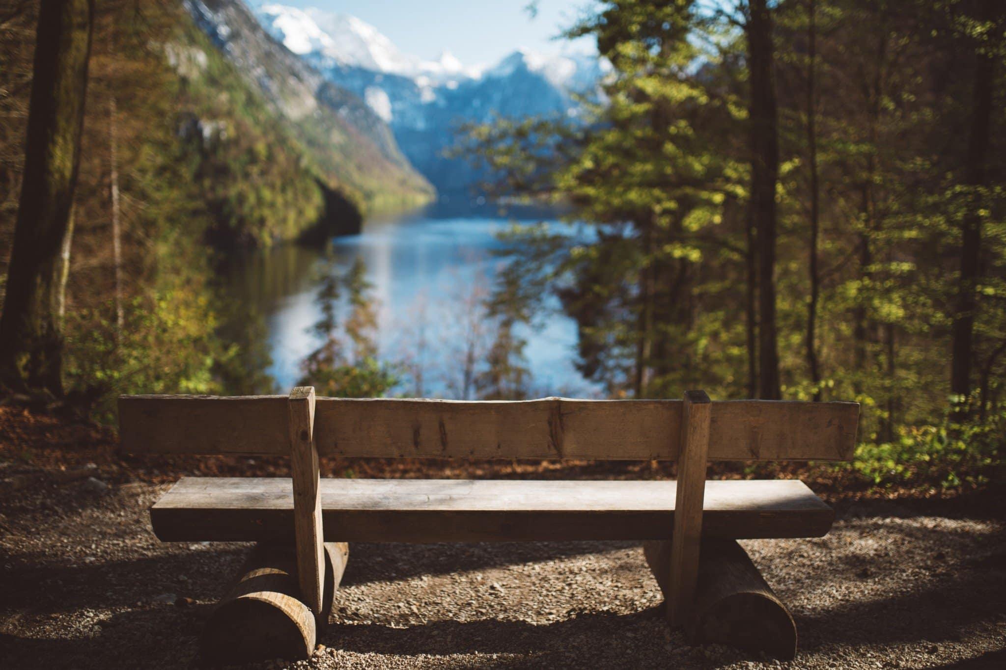 Un banc face à un lac
