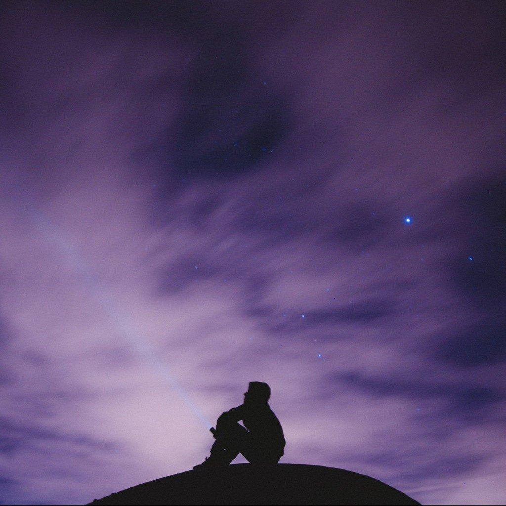 Humain qui regarde les étoiles