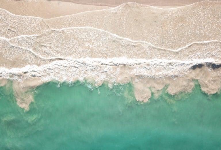 Plage de sable coupée par la mer
