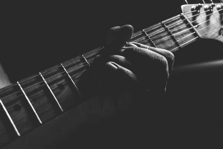 Une guitare en noir et blanc