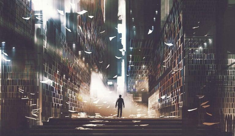 Une personne au milieu des livres sur un chemin