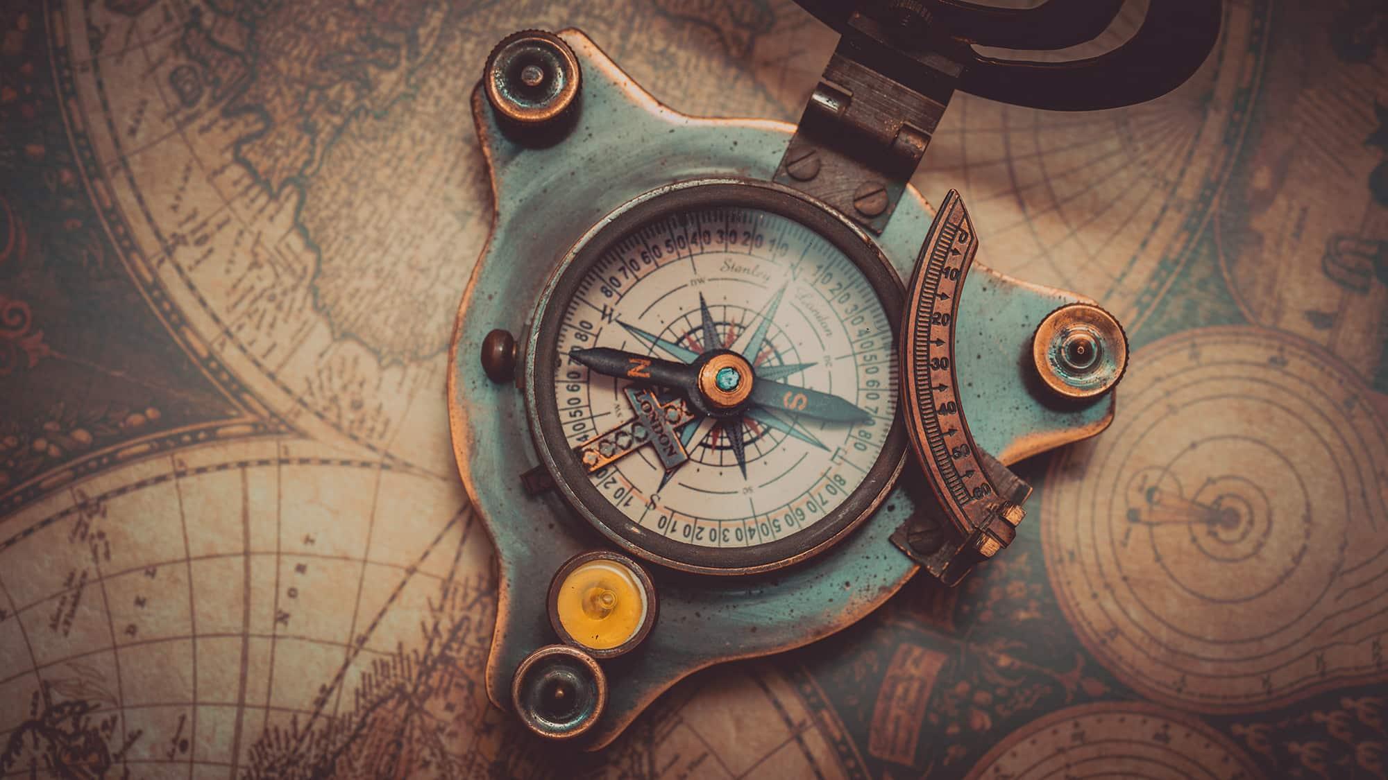Une boussole sur une carte, un plan