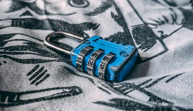 Un cadenas bleu