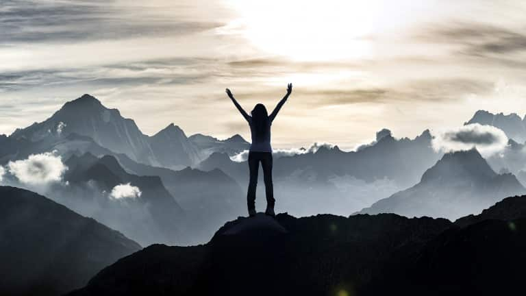 Personne en haut d'une montagne