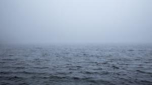 Une mer légèrement agitée et dans le brouillard