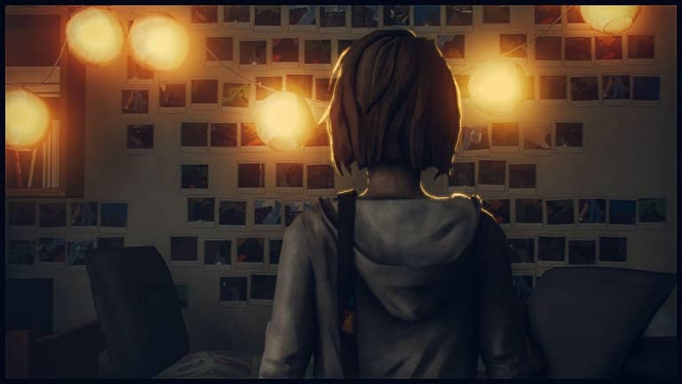 Illustration de Max Caulfield devant son mur de polaroids